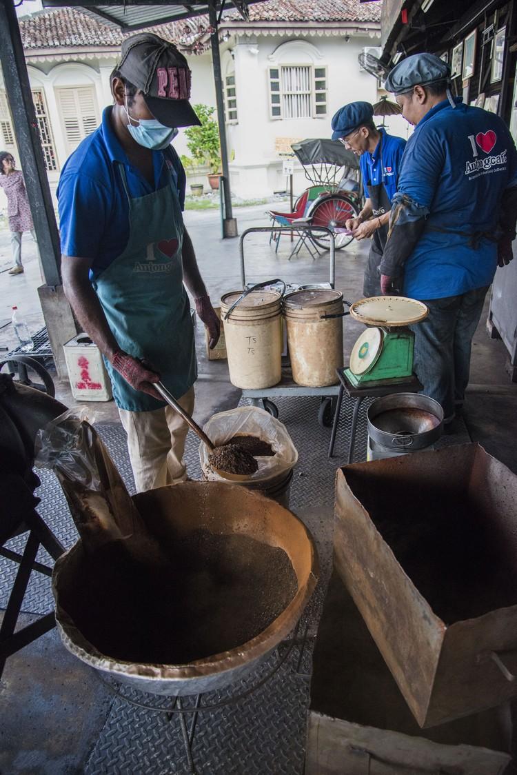 5. 炒好的咖啡豆会铺在这里,以散热。