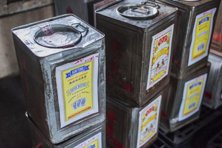 7. 一桶桶咖啡粉包装好后,就会供应到各家咖啡店。