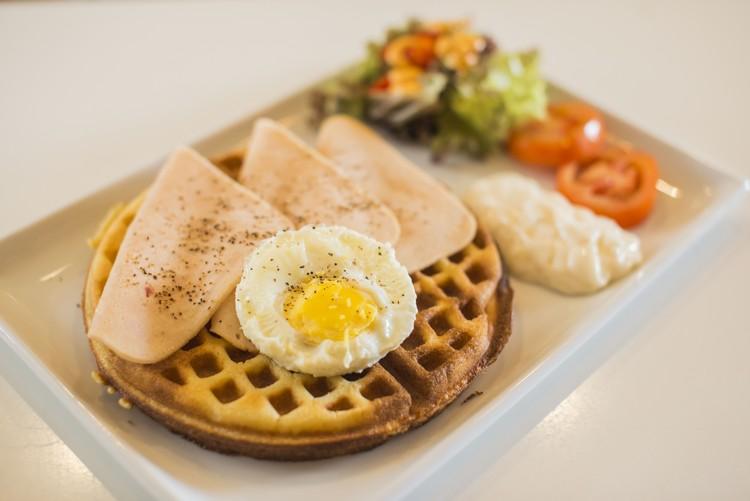 Chicken Slice Waffle(RM10.90) 口感脆甜的窝夫,搭配3片鸡肉火腿和太阳蛋,咸甜交融,美味。
