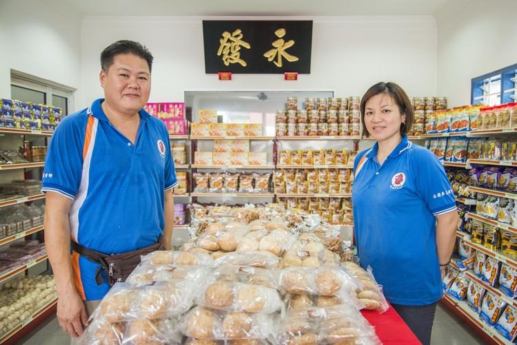 (左起)黄贞评与太太林丽燕。