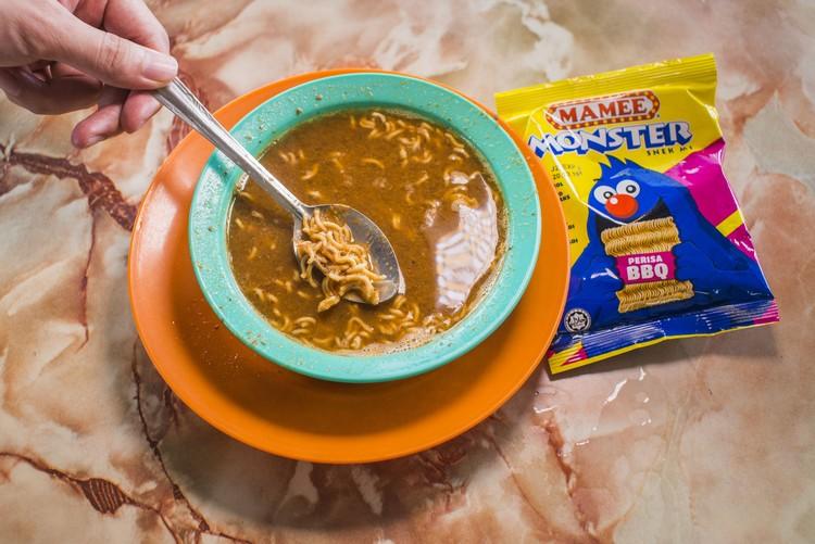 叻沙汤配MAMEE是太平人吃叻沙的搭配,有者连着叻沙粉一同吃,有者吃完后再倒入,脆脆的,毫无违和感。