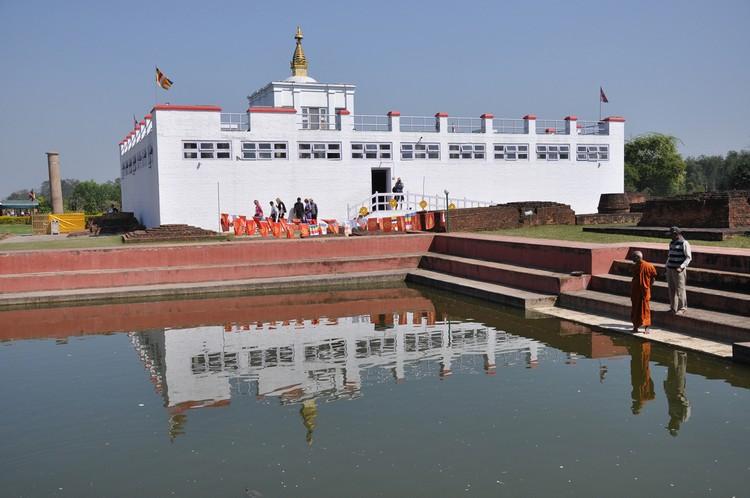 赤足慢慢游走圣园,欣赏白色的摩耶夫人庙倒映在水中,感受这伟大的佛教圣地。