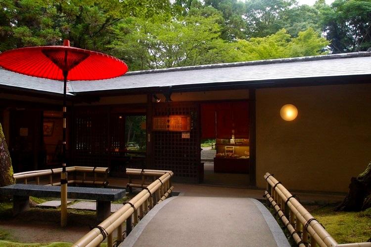 一把红伞,尽显浓浓的日本古风。