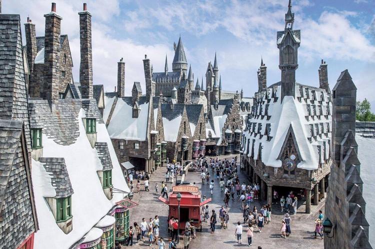 不管是不是哈利波特迷, 来到日本环球影城,就要来亚洲仅有的「哈利波特魔法世界园区」参观,当然不要忘了体验「哈利波 特禁忌之旅」。