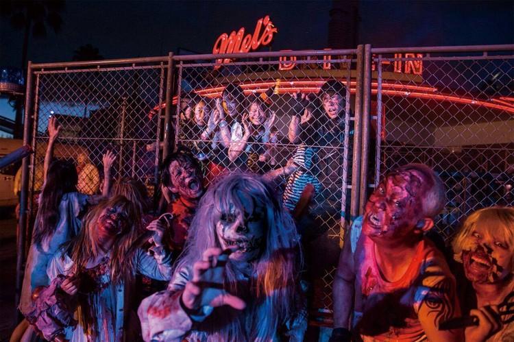 配合万圣节,日本环球影城从9月9日至11月6日,准备一连串的活动迎接宾客,其中最引人注目的是,白天欢乐融融的影城范围,到了晚上会变成丧尸街,许多到访的游客都被吓到。