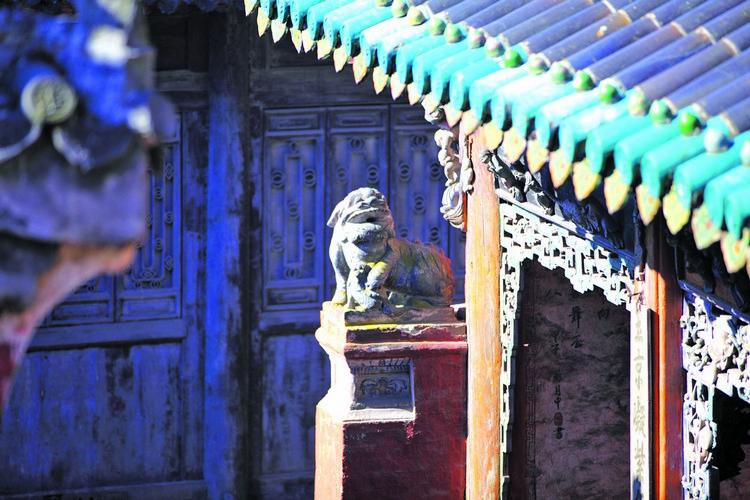 宫殿内每一支柱,每一片瓦,每一个雕像都展现中国古代艺术造诣。