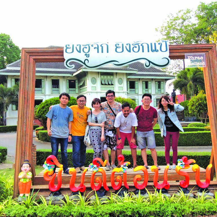 媒体团在 Khum Chao Luang Mueng Phrae 外合照,印象最深刻是,导游在替我们拍完照后,很兴奋的分享她太太在医院刚生了小孩,他当爸爸了!