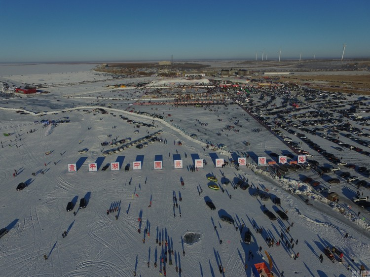 每年的冬季,位于中国吉林的查干湖冰冻湖面上都会举办让中外游客瞩目的冬捕活动。