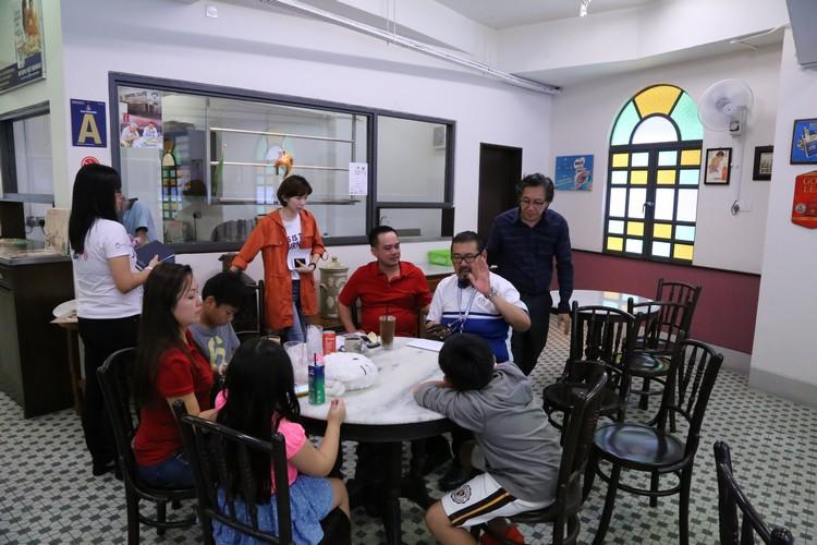 在蘋果人的陪同下,叶先生一家人前来蘋果旅遊集團旗下的首都茶餐室了解轿车事宜。