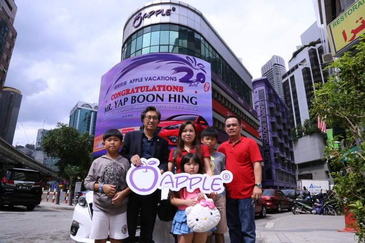 叶先生(右一)携带一家人前来蘋果大楼领走轿车,由(左二)亲自进行交接仪式。