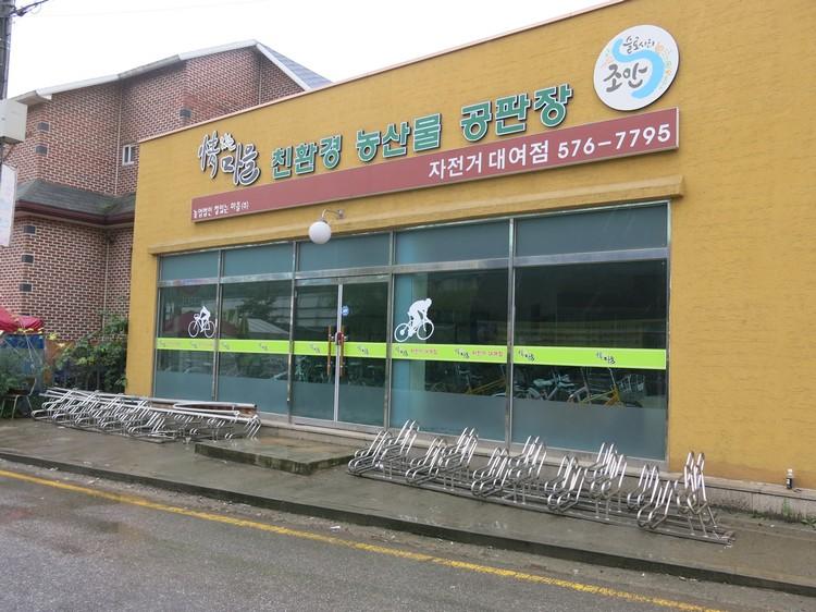 不少店面外都设有脚踏车停泊架。