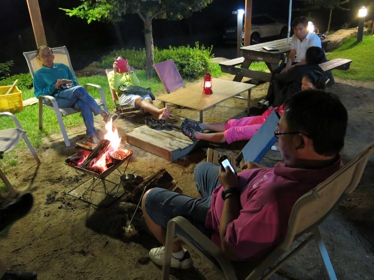 吃完还有地方生好火让我们吹风闲聊,这是一种足以让人嫉妒的写意。