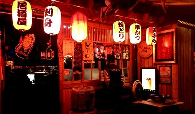 一般居酒屋都会挂上红灯笼,夜晚花灯初上就会形成一道红彤彤的夜景。