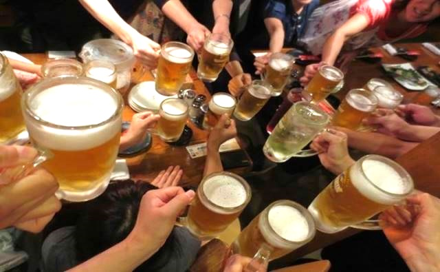 """喝酒前先为他人倒满,这是日本的饮酒文化。礼尚往来的添酒也成了乐趣之一,这时即兴来个""""干杯!"""",可让气氛变得更好!(p/s:干杯不需要喝完,喝一两口示意即可。)"""