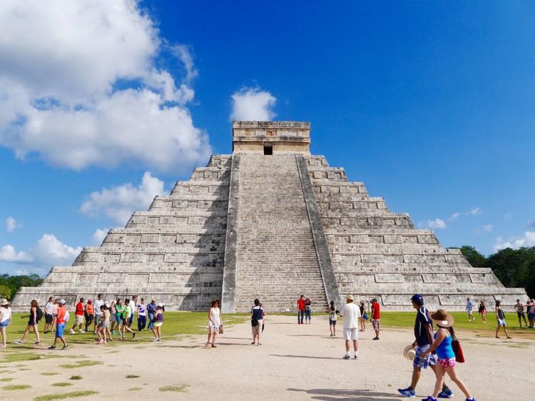库库尔坎金字塔(Pyramid of Kukulcan) 这是奇琴伊察其中一个象征的遗迹,其名库库尔坎在玛雅文化中是羽蛇神的意思,而这个石塔就是供奉祂的圣殿。