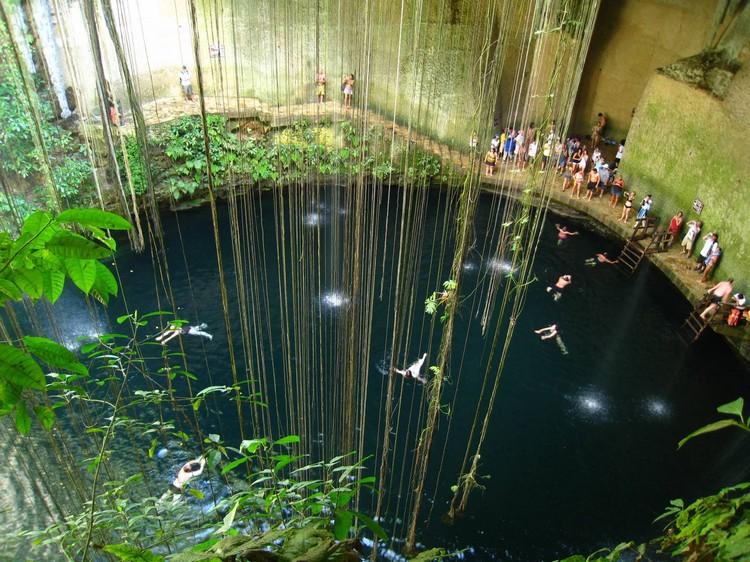 这个则是可以进入畅泳的天然井,叫做Cenote Ik Kil。