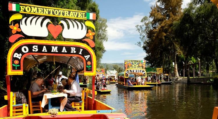船游,是游览霍奇米尔科浮动花园最佳方法。