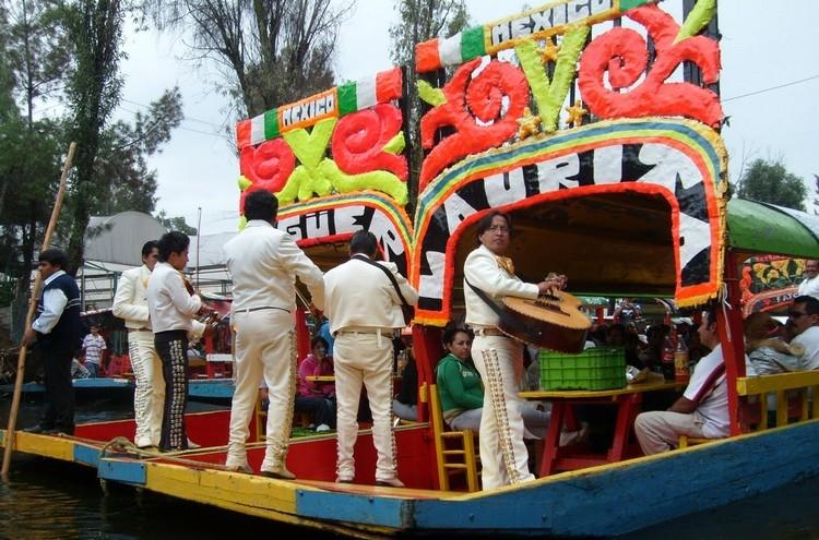 当地民间乐队会在船上为你高歌。