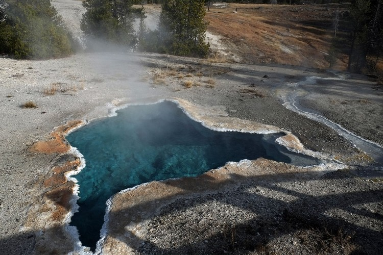 色彩斑斓的热水湖。