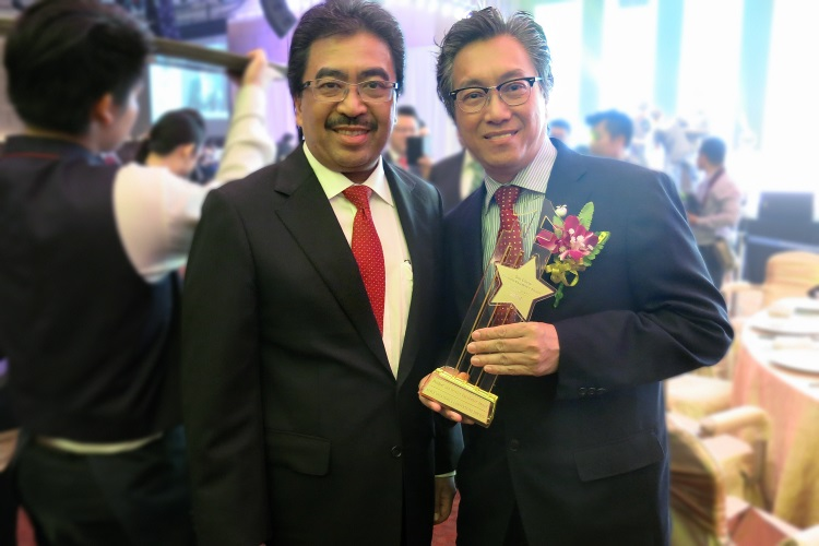 Kohsan与财政部副部长拿督佐哈里((左)留影。
