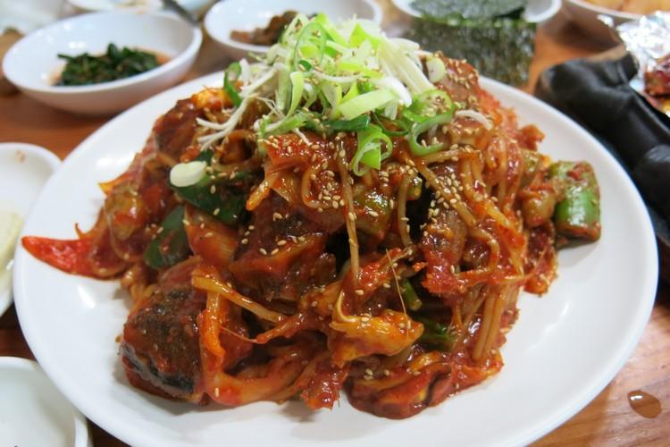 虽然不是鲜鱼,但其实黄太鱼的可塑性很高。以甜辣酱炒过的黄太鱼饱吸酱汁,加上自身鲜味,非常香口且好下饭!