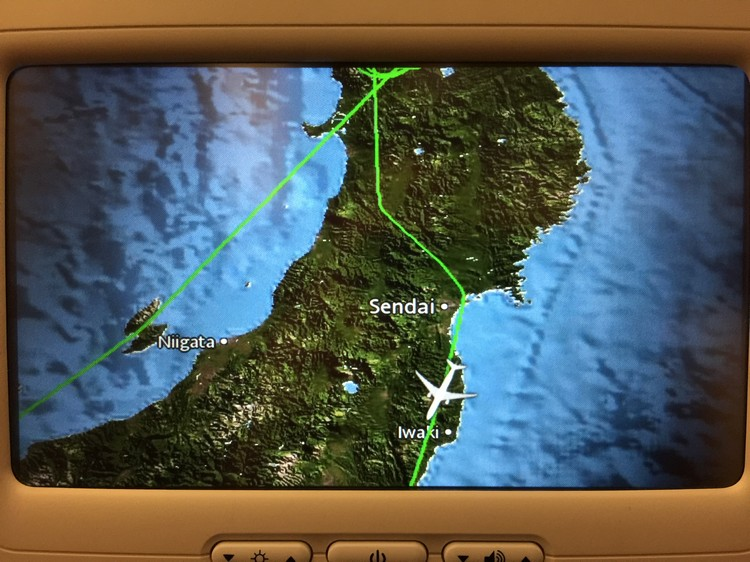因为机场大雪下不停,飞机在日本东北上空盘旋数圈后,基于安全还是决定先往南到东京成田机场降落。