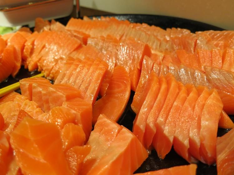 鲜美的厚切三文鱼刺身,在自助餐上吃到你够为止!