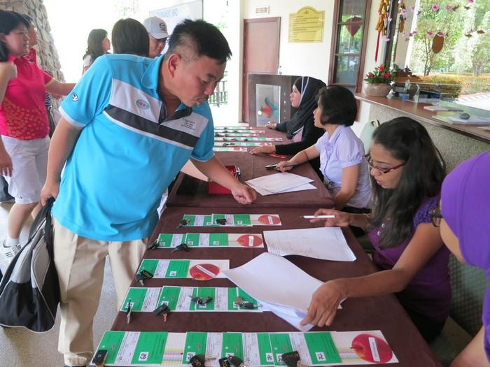 赛手们陆续到场,前往注册台领取锁柜钥匙及比赛的分数记录表。