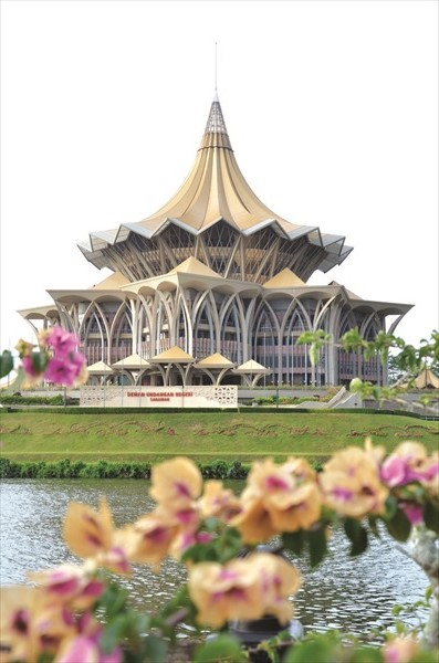 新与旧的对比,砂拉越州议会大厦和总督府。