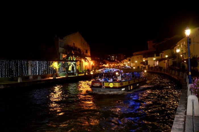 坐船巡游马六甲河。