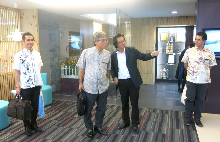 Koh san带领上原良幸等人参观Wisma Apple。