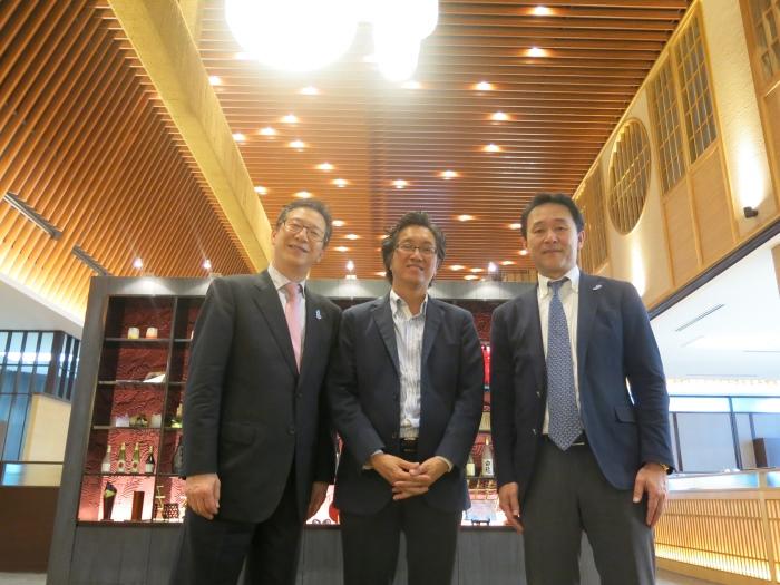 大阪宾客造访蘋果!左起,大阪观光局局长加纳国雄,蘋果旅遊集团副董事经理拿督斯里许育兴,大阪观光局副局长大川达也。