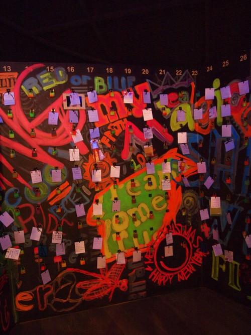 咖啡馆内有一个小空间的涂鸦荧光画作是崔始源和金弘录的作品,上面还挂满世界各地忠实粉丝的留言。