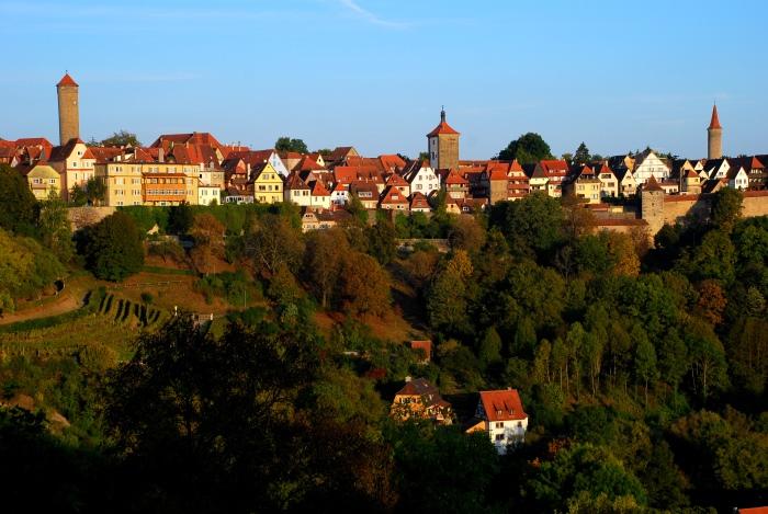 由环绕花园的城墙上眺望,可望见罗登堡部分美丽全景。