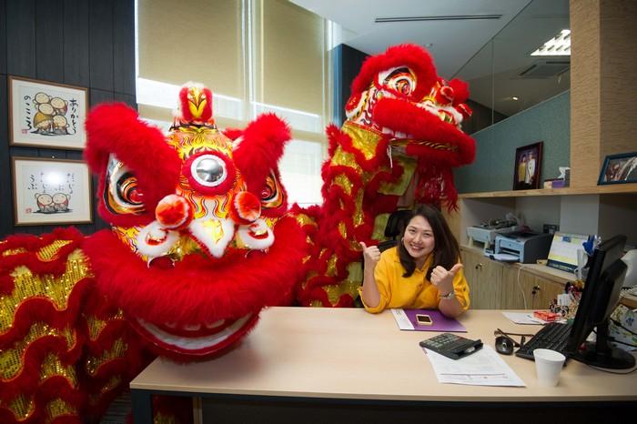 财务董事拿汀斯里刘丽萍与逗趣的舞狮合照。发呀!