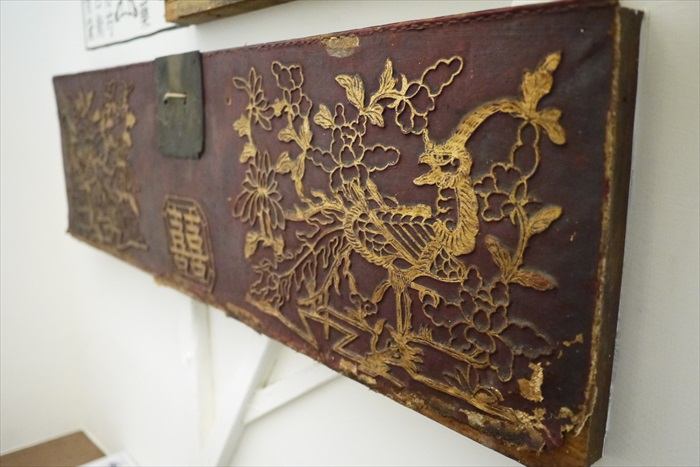 透过旧傢具,看到老一辈台南人的生活心态。图为从台南老一辈的嫁妆箱改成的装饰品,可说是即能延伸老台南的故事 。