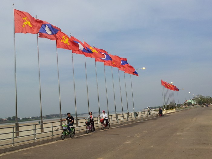 湄公河旁旗帜飘扬