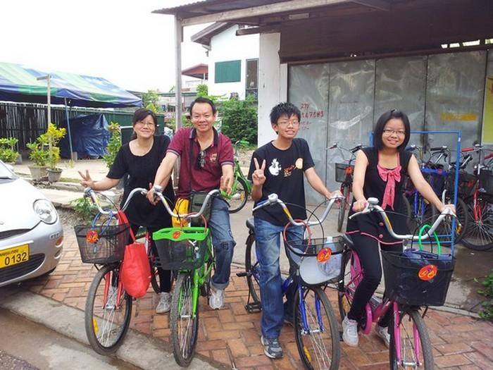 在出发前,和我们的战友:脚踏车一起摆个胜利的姿势。