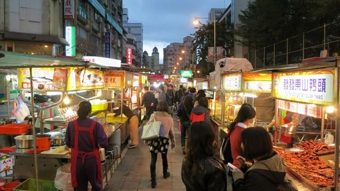 台湾最著名的就是夜市小吃,这也吸引许多游客的原因之一。图为台湾宁夏夜市。