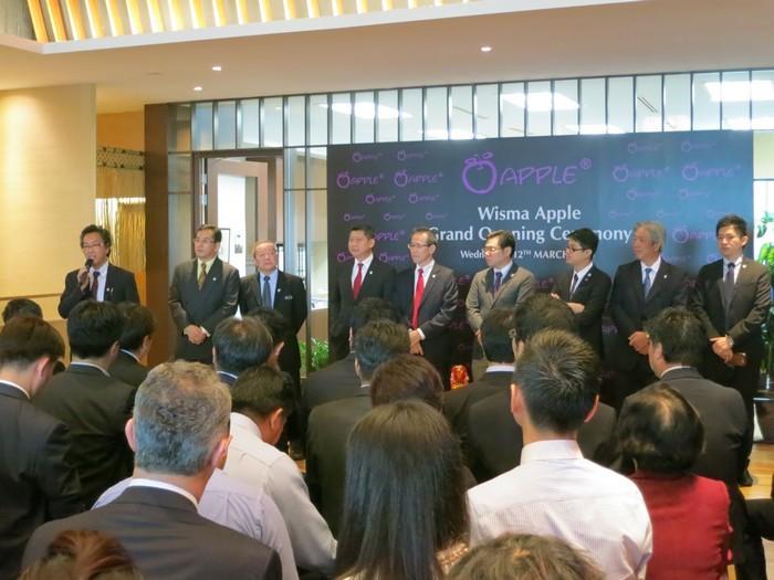 Koh San 邀请主要蘋果人一同亮相,一一为贵宾们介绍。