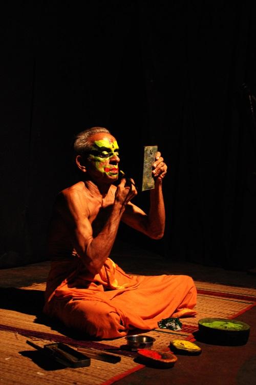 Kathakali表演,演员正为自己上妆。