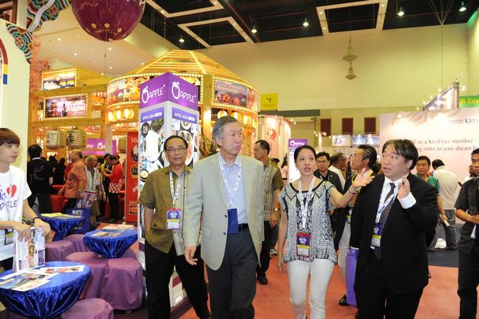 日本特命全权大使,宫川真喜雄,以好奇的心情走览旅展四周。