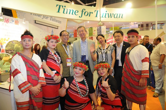经过台湾观光局展摊,与台湾当地民族拍照留念。