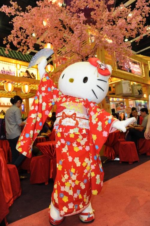 Kitty在展摊的樱花树下翩翩起舞。
