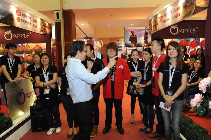 Koh san:展摊主管们,展摊的秩序就交给你们了!