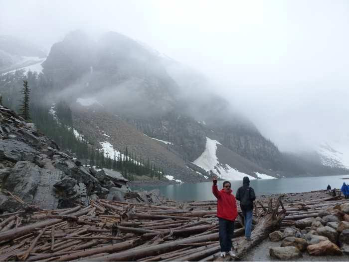 国家公园内景色优美,有高耸入云峰、白雪覆盖非常壮观的山脉冰峰群,还有川流不息的河流与瀑布、、湖泊、高山草原和无数的温泉。(三)