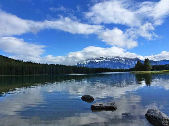 初夏的风和日丽、蓝天白云,绘出了美不胜收的山明水秀。