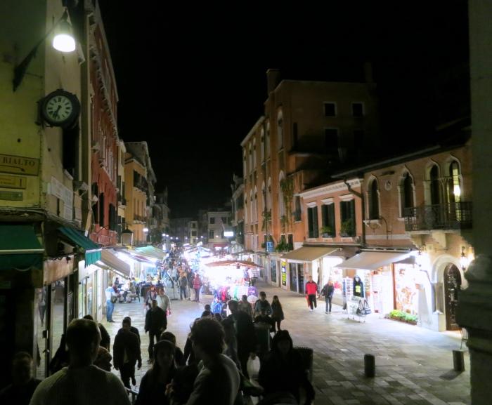 夜晚的威尼斯,有种难以言喻的诱人氛围,让小弟逛得再累也欲罢不能。