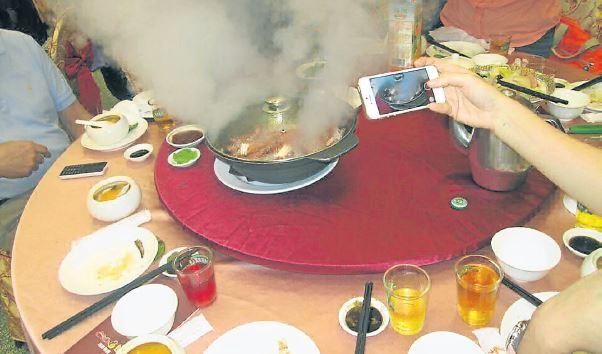 活生生的鲜虾,倒入备好材料的热水,马上就可以吃了。