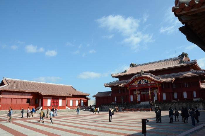 走进首里城,感觉像走进中国古朝代,过往琉球王国深受中国文化熏陶,处处可见传统中国式建筑的样貌与内涵。